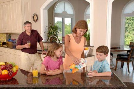 famille servant un verre de jus d'orange