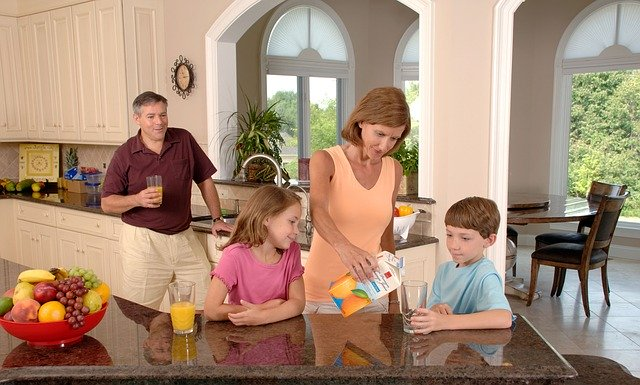 famille servant un verre de jus d'orange