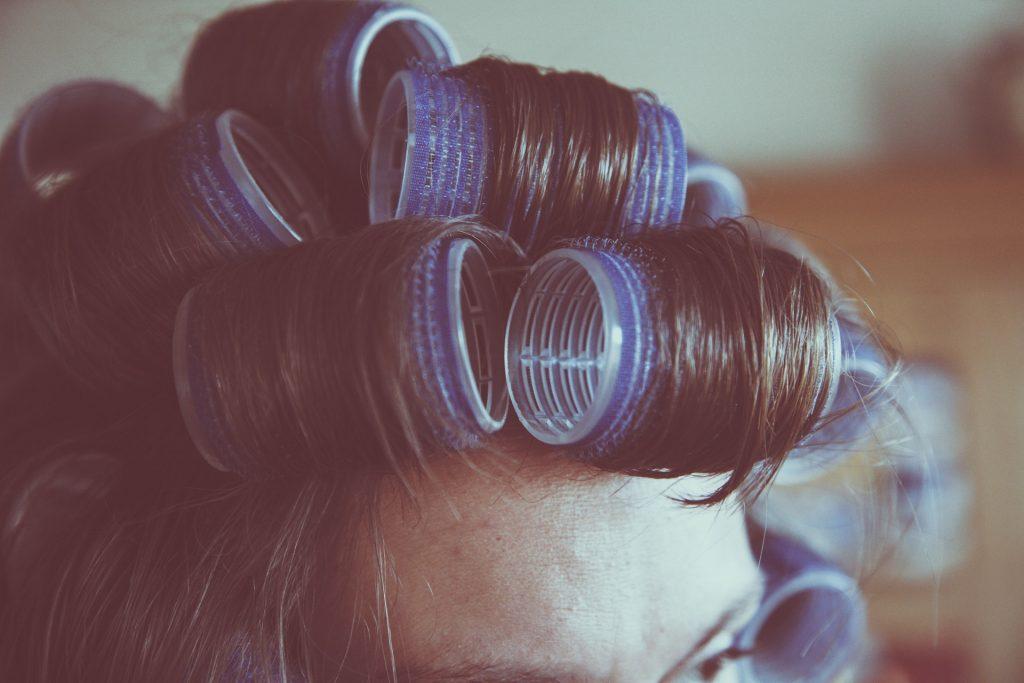 Bigoudi rouleau pour faire des boucles dans les cheveux bruns