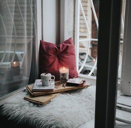 bougies romantiques d'une fenêtre