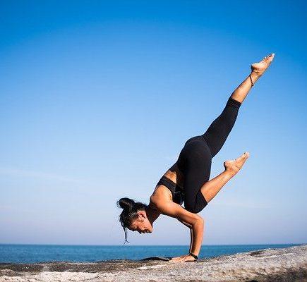 posture de yoga d'une femme