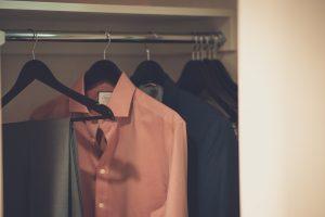 Gros plan donnant sur une armoire, contenant une chemise